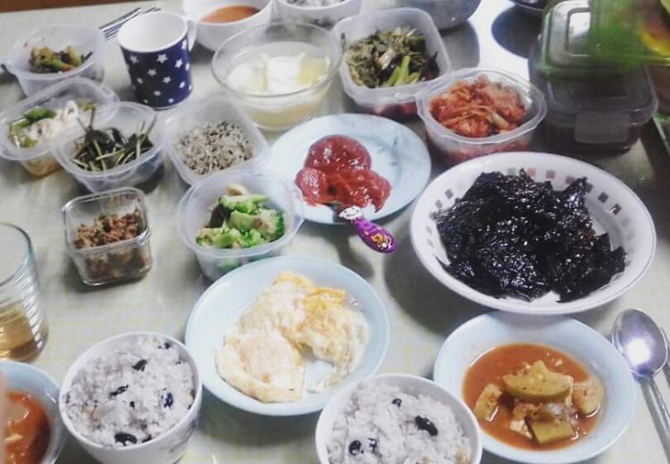 Muchos platos de comida coreana